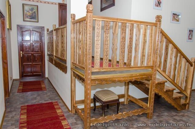 Diófa,faragott lépcső vezet az emeleti szobákba...