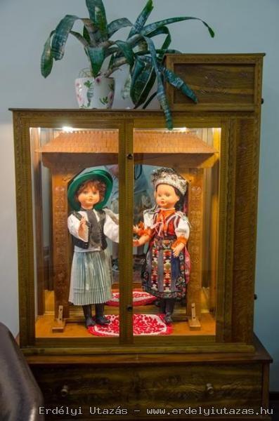 Népviseletünk és amire nagyon büszke vagyok ,a szekrényt nagyapám faragta 1983-ban diófából !