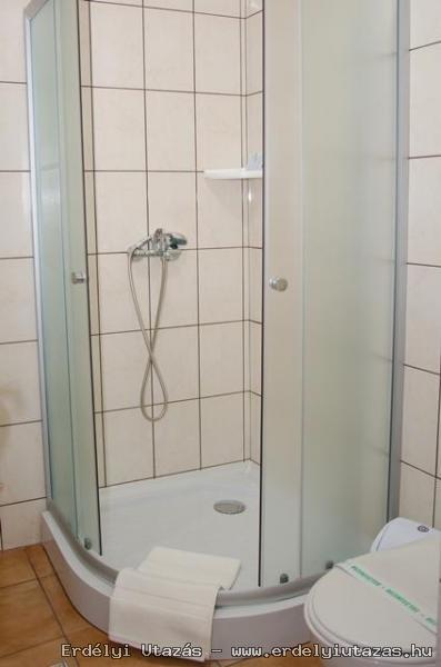 Minden szobához külön zuhanyzó...